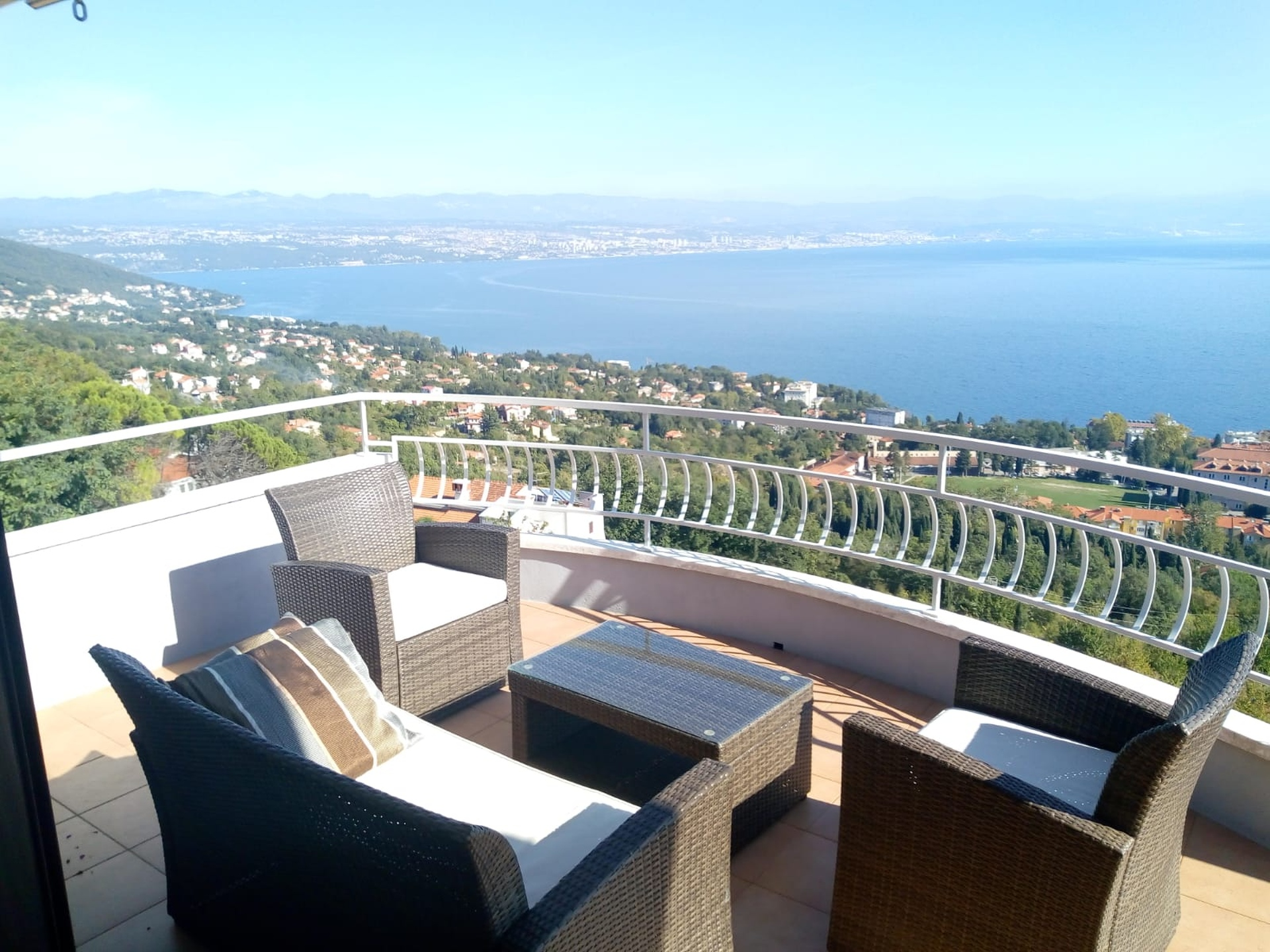 KB-465 Detached house with 5 apartments above Lovran with fantastic sea views, pool and large, well-kept garden.