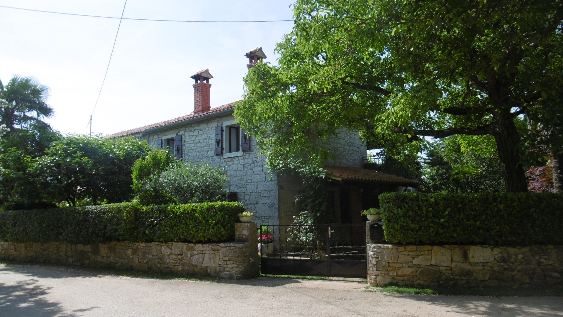 Z-881 Property with 2 stone houses, 4.550 m² of land and 77,000 m² agricultural land in a small village, quiet location