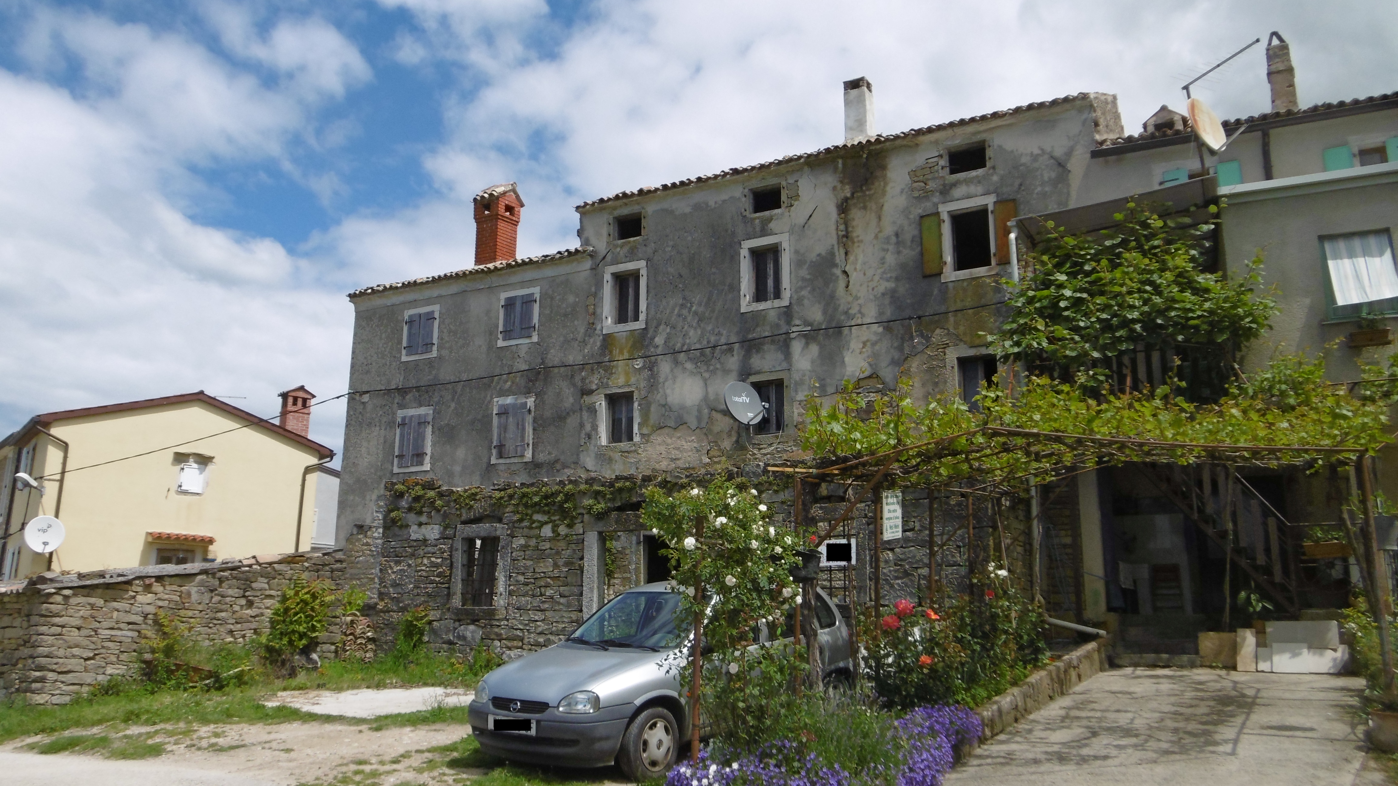 Z-910 Stone house, in need of renovation, with fantastic sea views