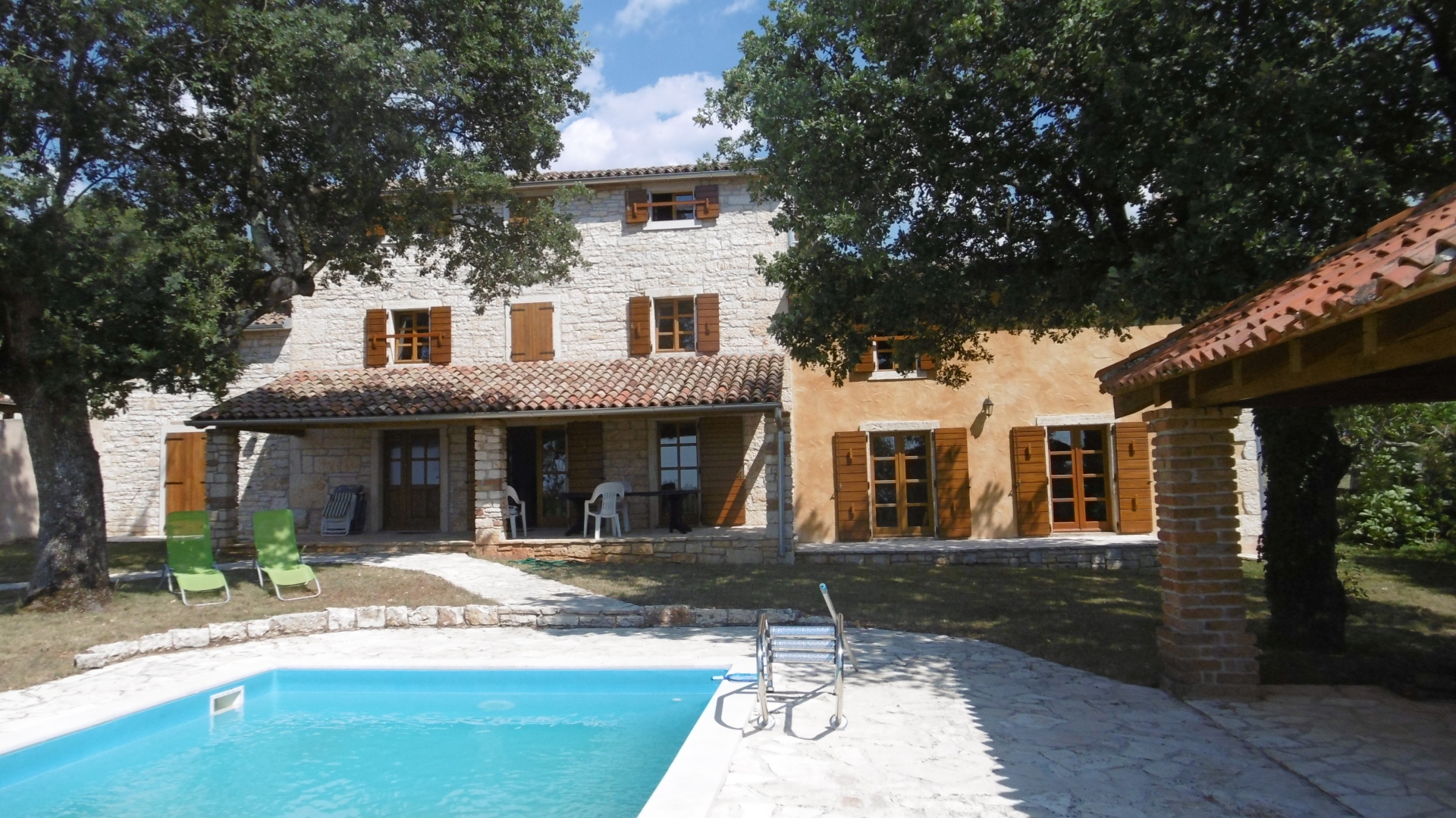 P-896 Detached, renovated stone house in a quiet location with a large garden and pool and sea views.