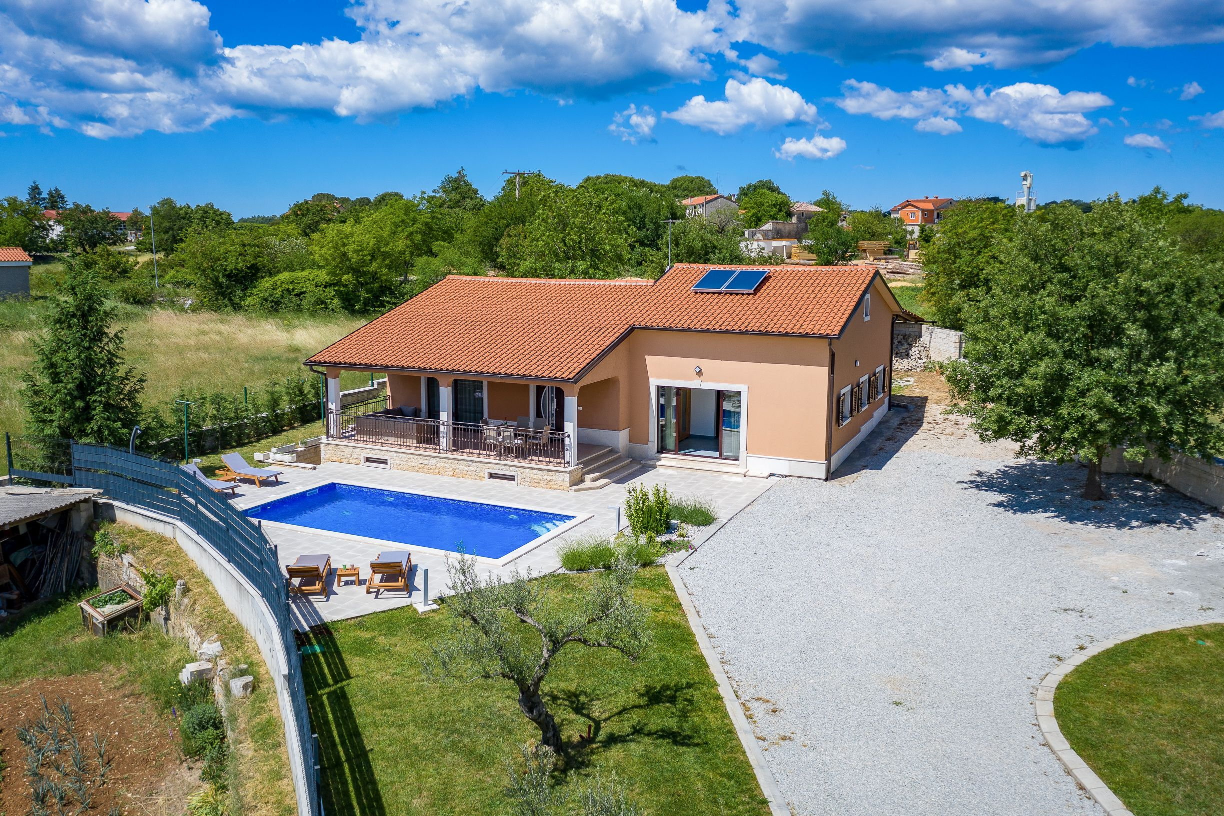 P-482 newly built bungalow with pool in a quiet location with a large garden of approx. 1,600 m²