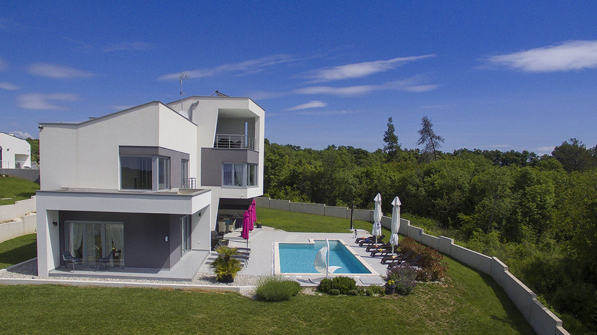 PU-501 Modern villa with pool and large garden near the sea